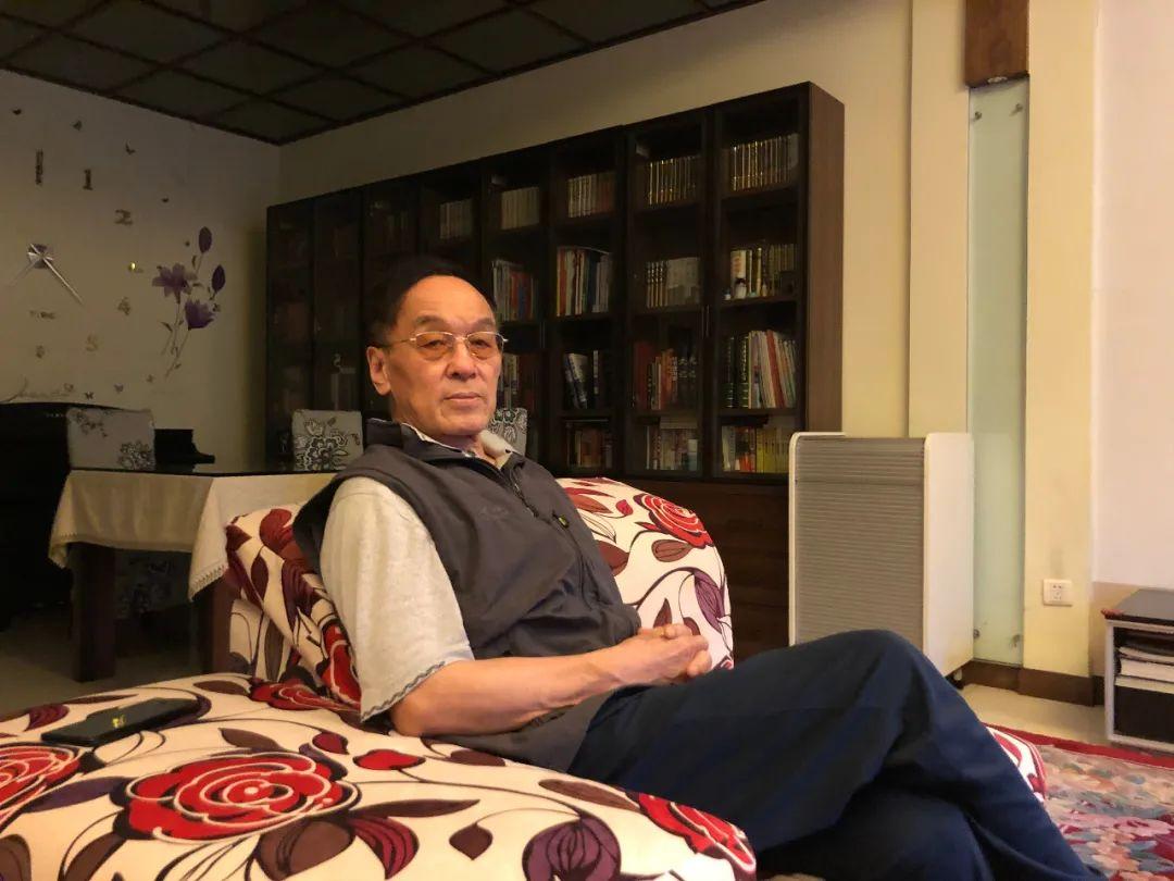 5月25日,张鲁新在北京家中。他说这辈子只干成了青藏铁路这一件事。新京报记者 杜寒三 摄