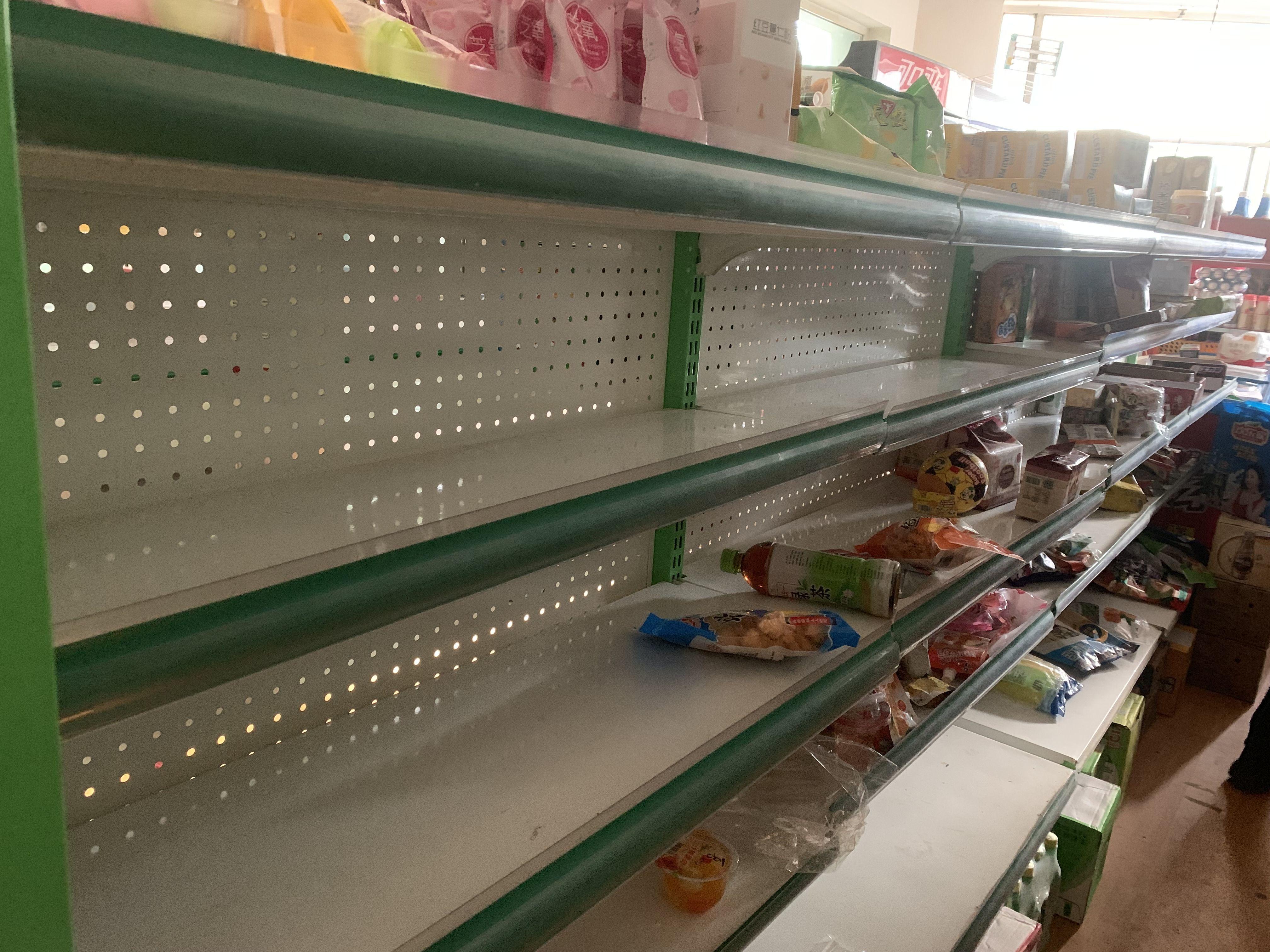 大量旅客因疫情滞留新疆伊犁:酒店客满 超市货架被抢购一空