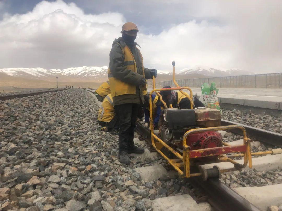 6月7日,工人们穿着棉袄,戴着脖套,在海拔4765米的昆仑山站作业。新京报记者 杜寒三 摄