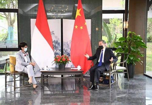 2021年4月2日,国务委员兼外长王毅在福建南平同印度尼西亚外长蕾特诺举行会谈。/图片来自外交部官网