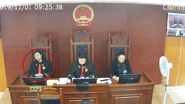 法官庭审时仰倒椅子睡觉被直播 被停职了