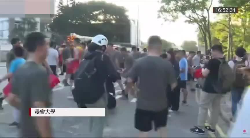 解放军驻港部队上街清理路障 市民拍手感谢:好帅