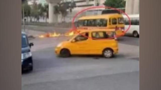 香港暴徒失去理智向孩子痛下狠手 朝校车投掷汽油弹