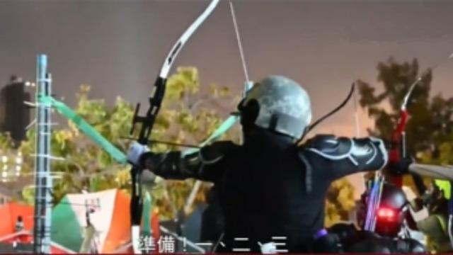 港警举旗警告后释放催泪弹 暴徒退回理大校园