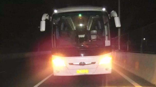 两男子凌晨上客车盗窃 没想到一车人全是警察