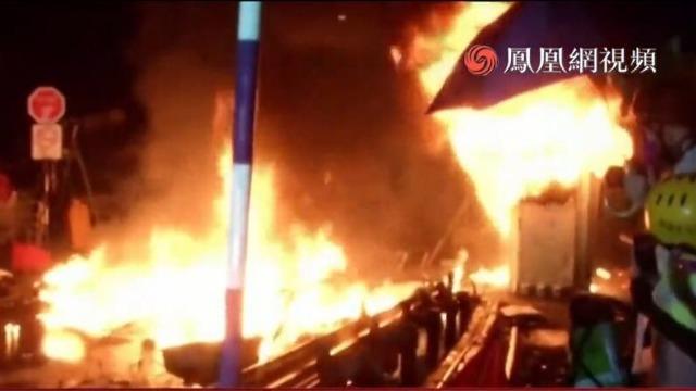 香港多区夜间爆发严重冲突 暴徒扔汽油弹并纵火堵路