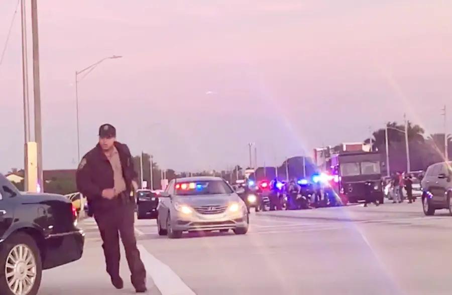 美国珠宝劫案现场,警匪街头追车枪声大作宛如好莱坞大片