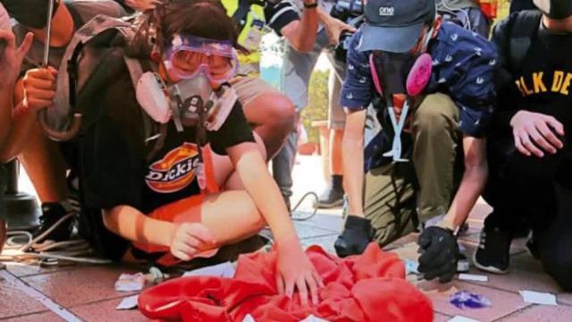 香港13岁女生烧国旗被判12个月感化令 法官曾当庭直斥不轻判