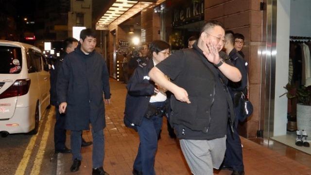 两韩国人在香港狂买14块名表欲离境 被黑衣人抢走