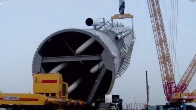 震撼!中国制造4000吨级起重机 吊装1680吨丙烯塔全过程