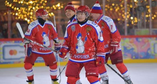 和俄国防部长在红场组队打冰球 普京打进多球致胜