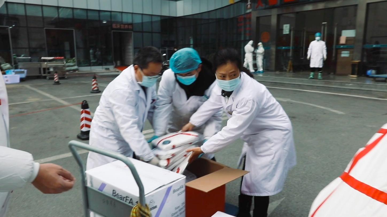 独家   志愿者过9关抵达孝感:当地医护用双面胶粘白大褂