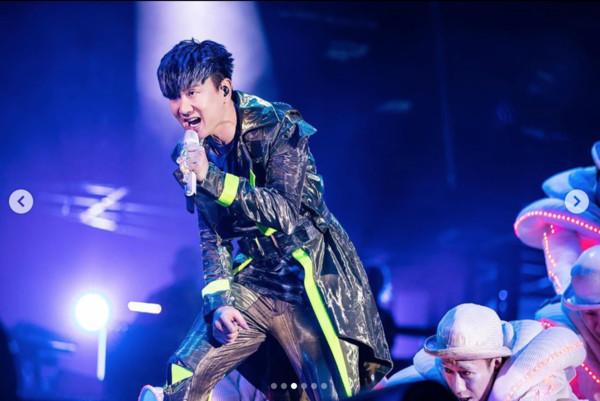 林俊杰自曝演唱会中途呼吸困难,公司回应证实:他头部胀痛