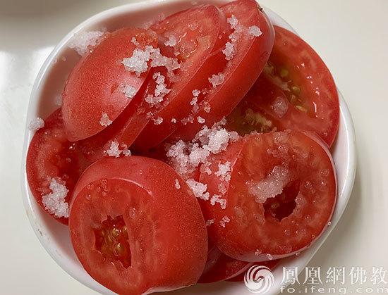 夏天凉拌西红柿试试加点盐 你一定不会后悔