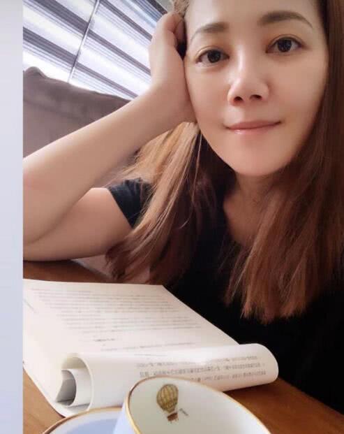 分居风波后梁静茹首晒自拍照 边看书边喝咖啡表情好刘正铸