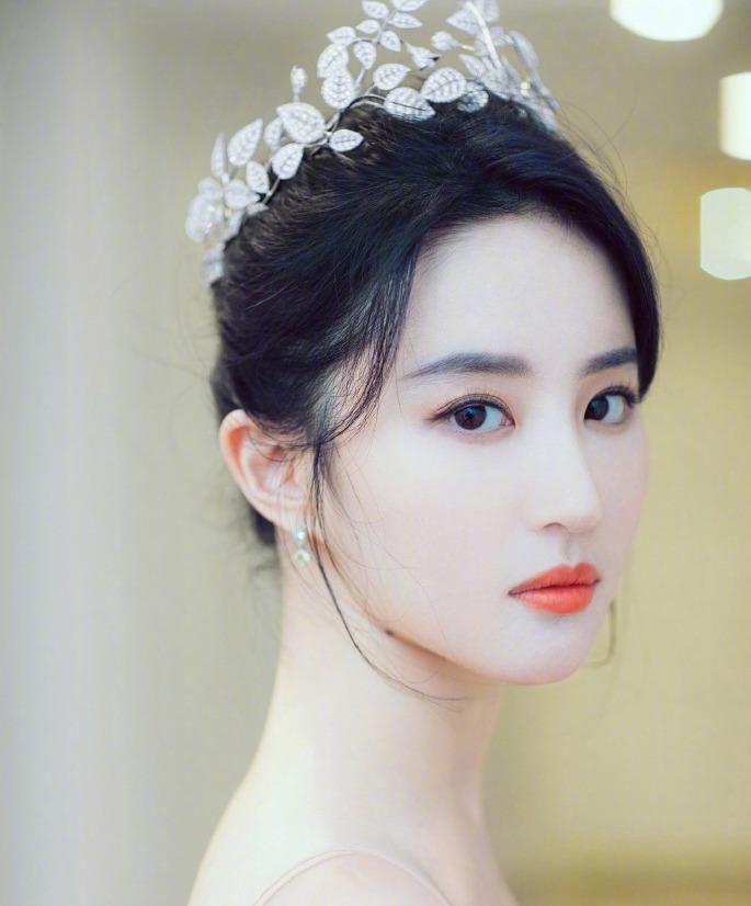 """唐嫣为刘亦菲庆生 称呼其为""""亲爱的茜茜公主"""" 两人曾合作过电影《露水红颜》"""