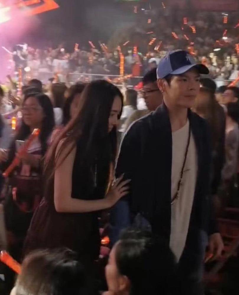 向佐郭碧婷合体看演唱会,两人只顾秀恩爱把向太丢了
