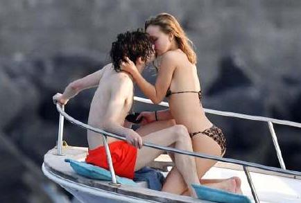 甜茶莉莉意大利海边度假 甜蜜小情侣热吻不停