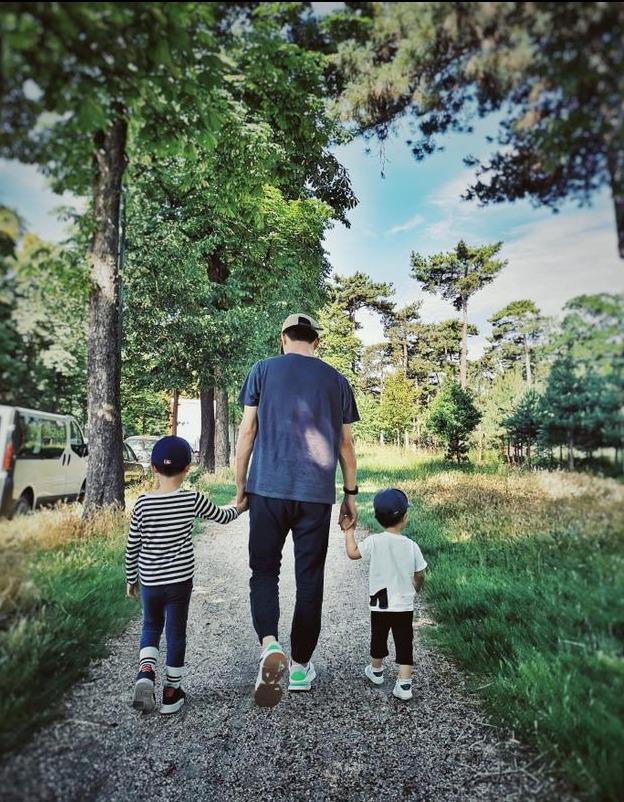 靳东妻子晒照为小儿子庆生父子三人手牵手幸福感满溢