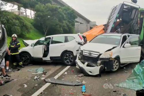 台湾一高速公路发生7车连环撞事故 致7人轻重伤