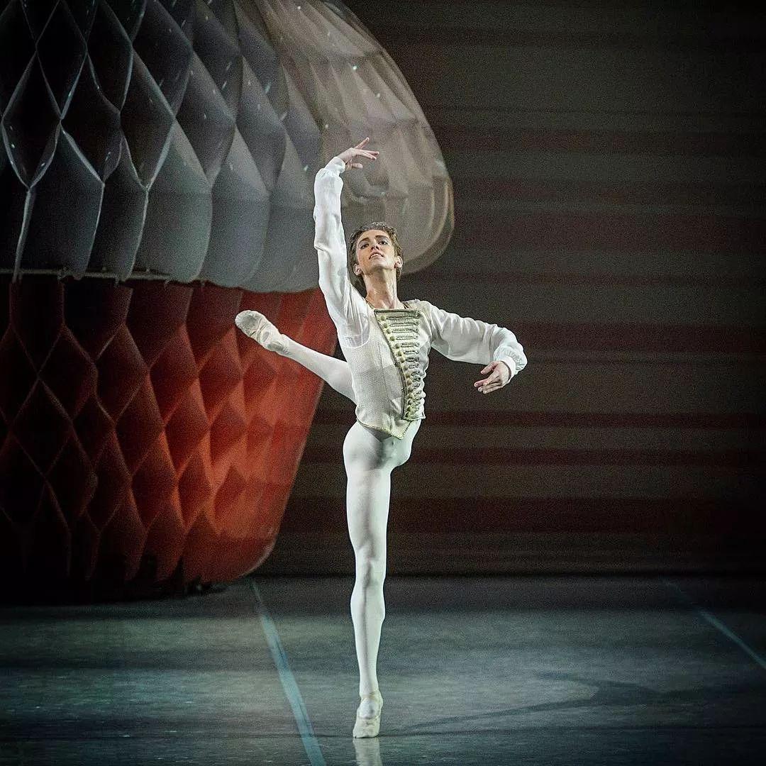"""97年外国芭蕾舞少年爆红网络,明明是男人却被赞""""美得像天鹅""""?"""