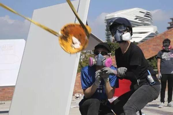胡锡进:应授权港警实弹还击发射弓箭的暴徒