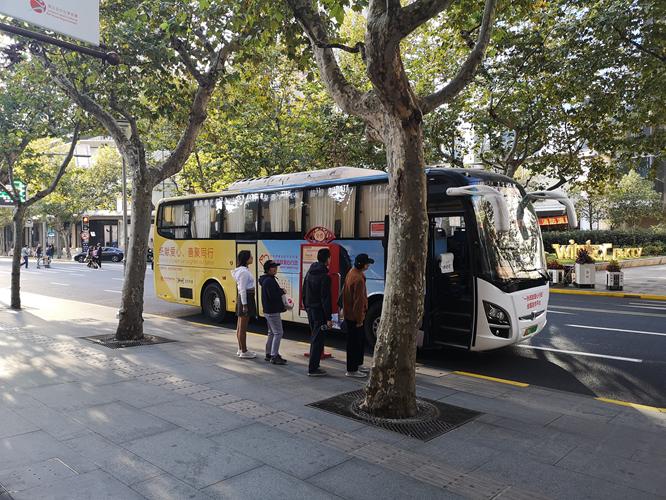 """""""一张纸献爱心""""传扬上海街头?——上海黄浦区免费观光巴士沿路播撒慈善温情"""