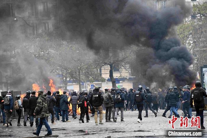 """法国""""黄马甲""""运动一周年:暴力重现巴黎(图)"""
