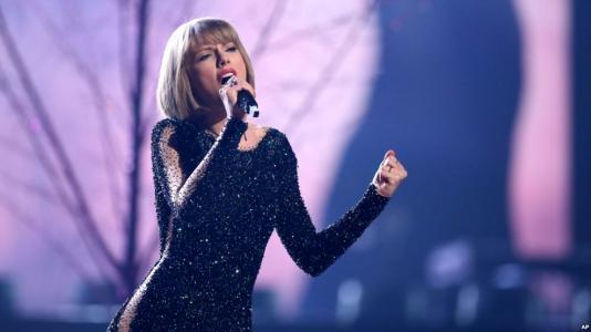 斯威夫特指责布劳恩与博切塔不许她在全美音乐奖上演唱自