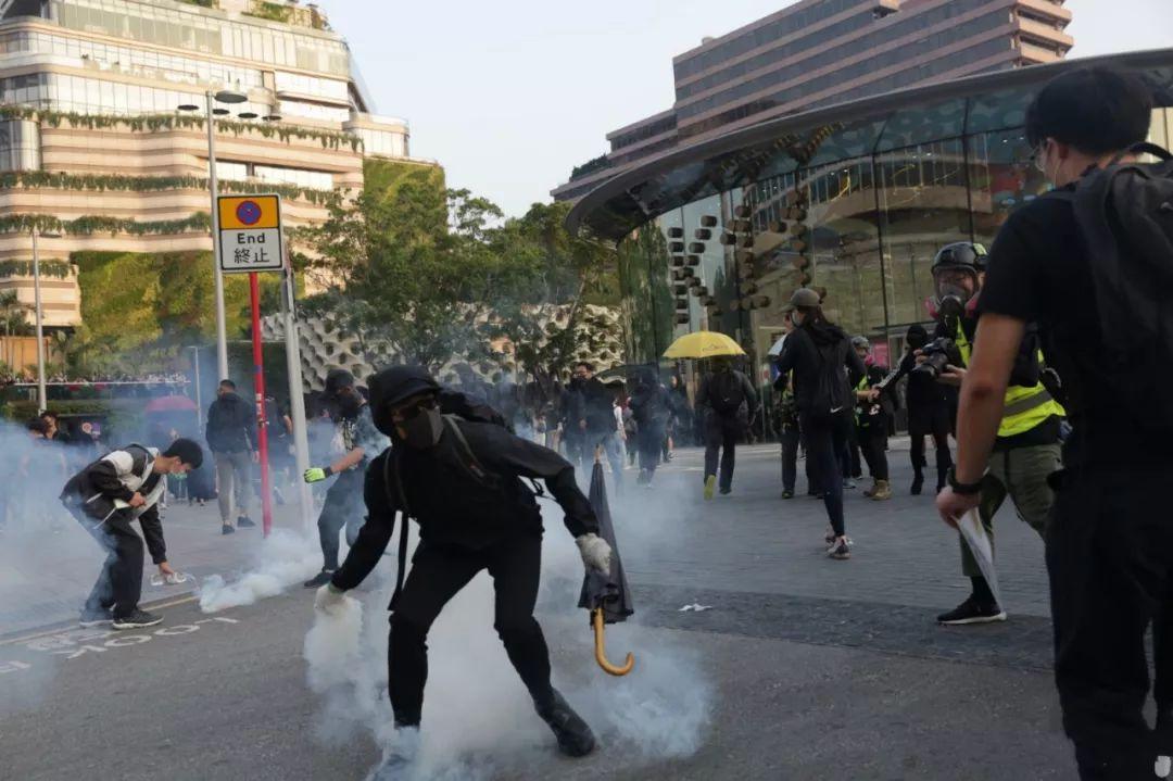 """香港黑衣人走上街头叫嚣""""感恩""""美国?别傻了"""