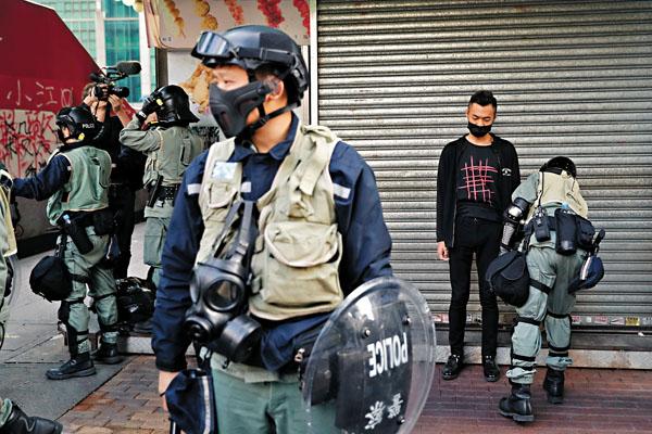 """香港警民联手""""大作战""""重挫暴徒 市民群起怒吼:摘口罩!"""