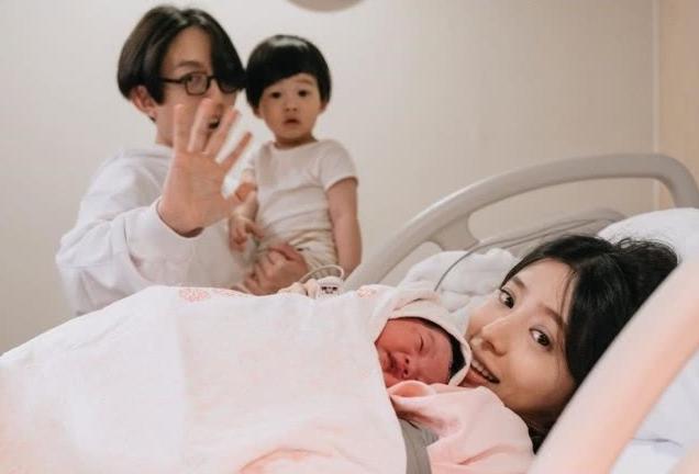 """林宥嘉二胎生女喜获""""小情人""""晒全家福大方透露女儿小名"""
