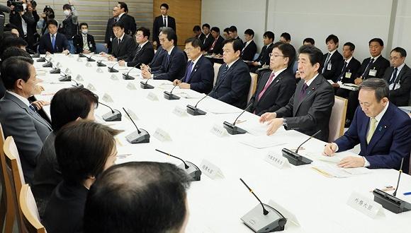 正副首相不再同席防感染 日本疫情正在爆发岔路口