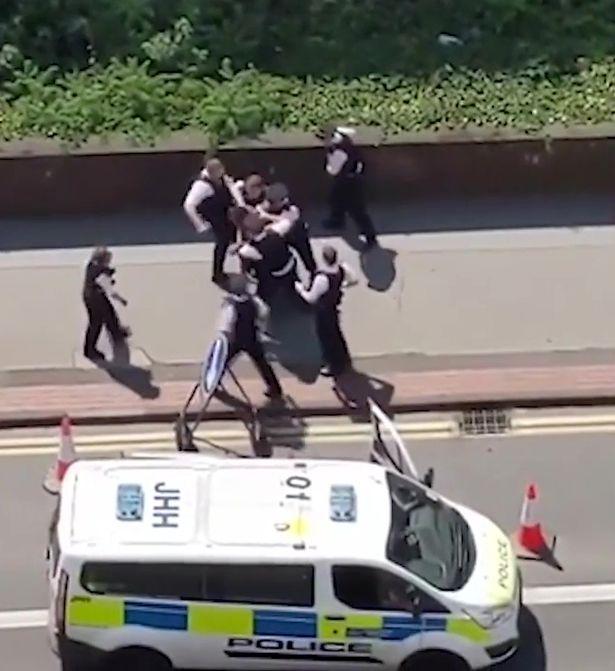 【一元秒杀汽车】_画面曝光!8名英国白人警察围殴一黑人男子