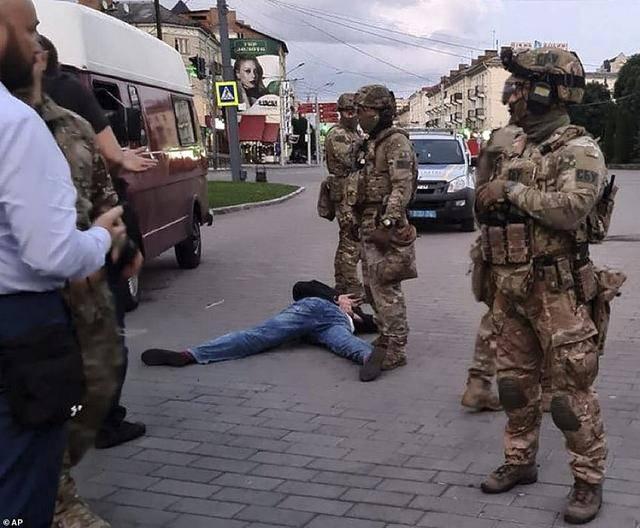【百度快照怎么用】_乌克兰绑匪挟人质要求总统安利电影,魔幻的是,要求被满足了