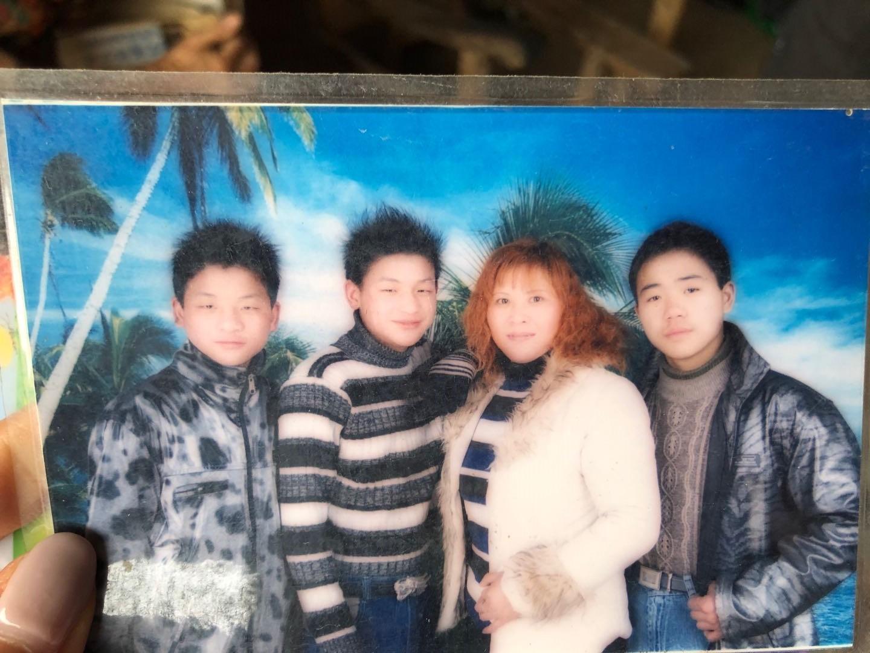 离家这些年,宋小女给婆婆寄回的她和两个儿子以及吴国胜的儿子的合影