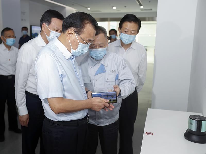 【古交网】_李克强考察重庆京东方 手握折叠屏瞩目