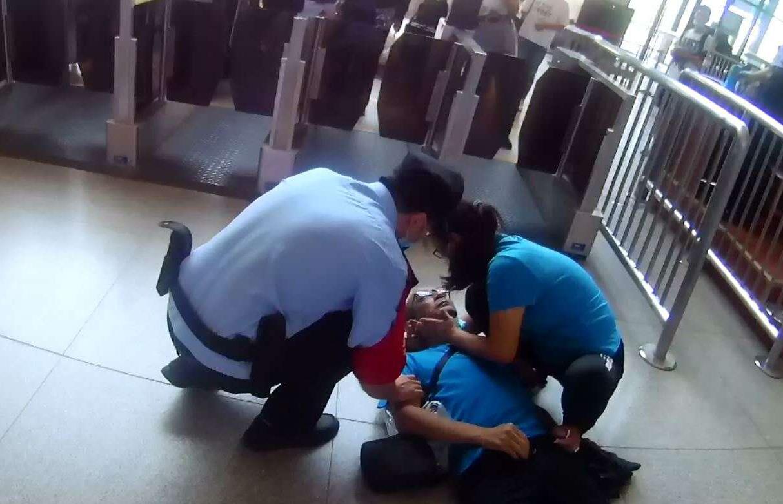 旅客突然倒地不起 保定火车站铁