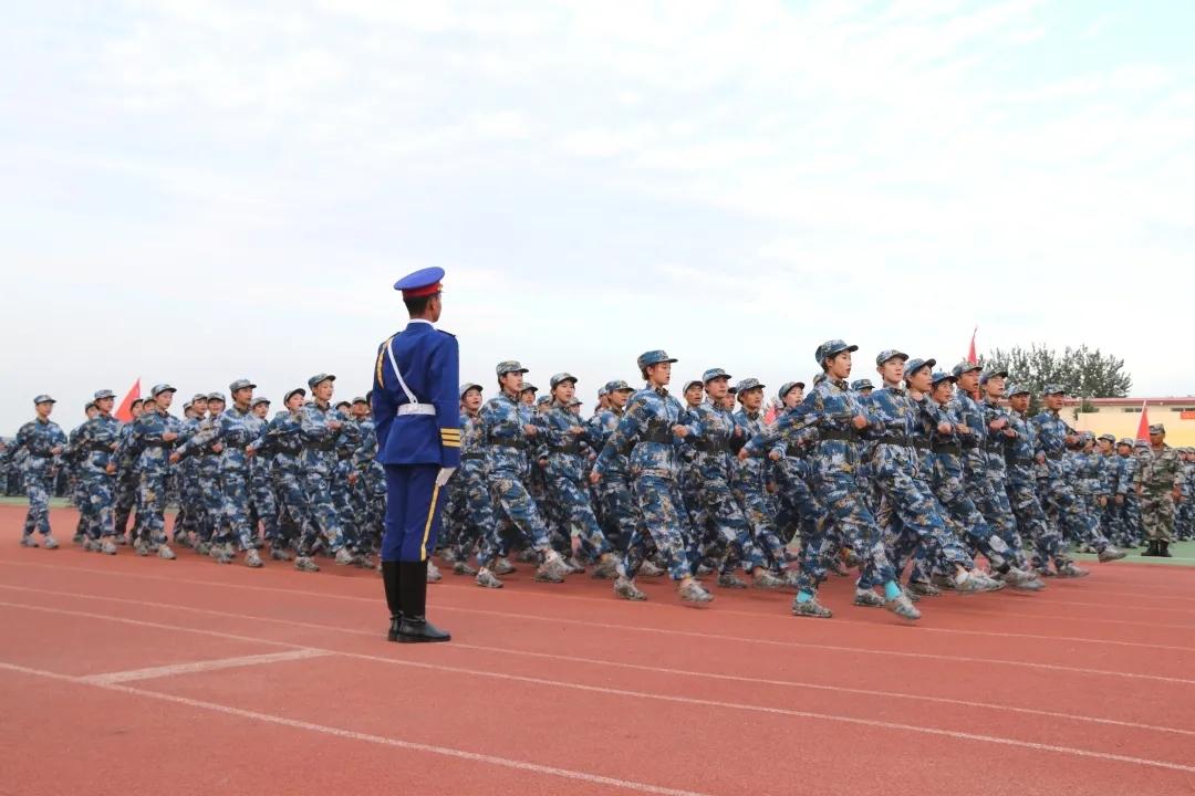 青岛务实职业手艺学院20级重生军训会操暨开学仪式美满遏制