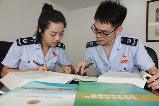 江北区税务局税务人员自学交流。左林俊 供图