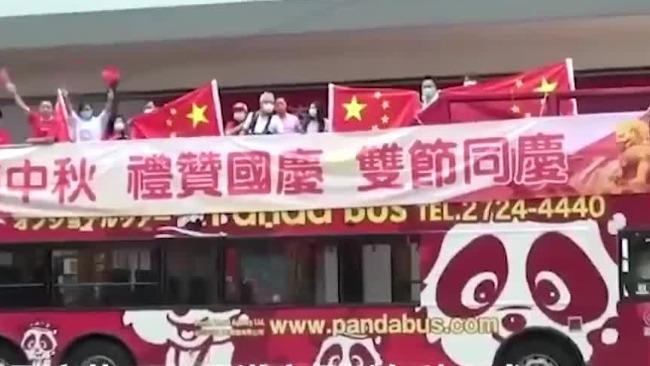 香港观光巴士沿路巡游贺国庆 渔船遍插国旗海上巡游