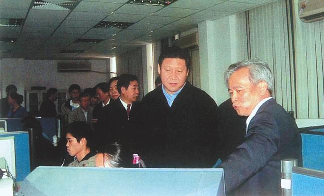 2002年3月,习近平(时任福建省委副书记、省长)到福建省空间信息工程研究中心调研。(资料图片)