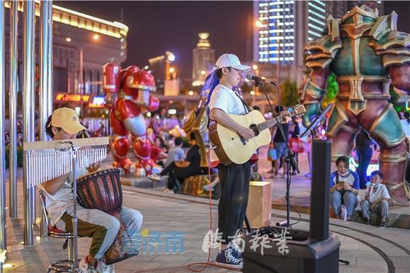 """济南首批62位街头艺人""""持证上岗"""""""