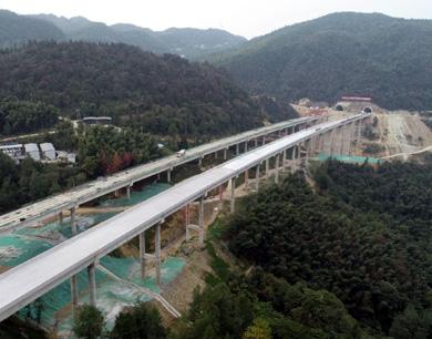 """萍莲高速高架桥:""""玉带""""蜿蜒"""