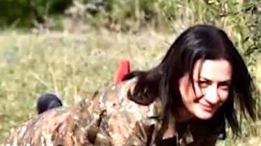 亚美尼亚总理夫人带头参军:手持长枪 面露微笑