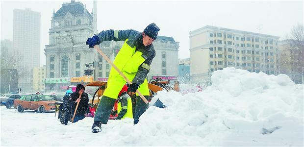 哈市投入6万人力4千套设备清雪除冰