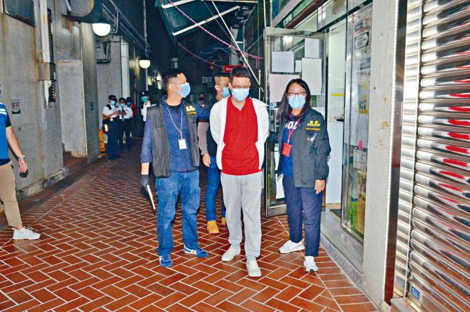 卢俊宇(中)被押返议员办事处搜证。图自《星岛日报》
