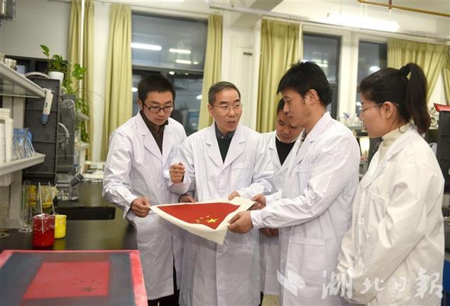 徐卫林教授和团队成员王运利、曹根阳、盛丹、潘恒研讨国旗研制技术问题