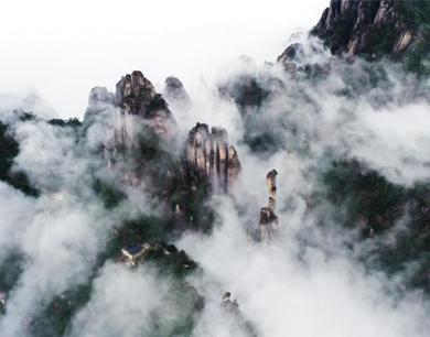 """壮观!航拍江西三清山云雾缭绕 """"巨蟒出山""""神韵尽显"""