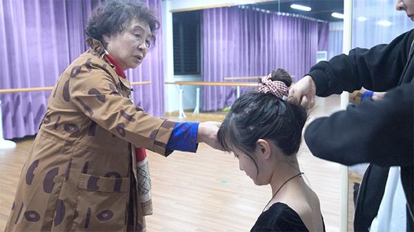 盛海琳陪女儿上舞蹈班。来源:视频截图